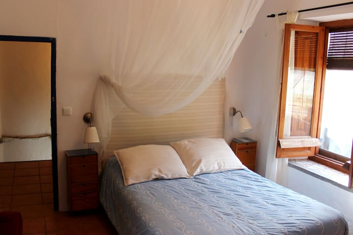 Dormitorio principal. Cama de matrimonio con velo.