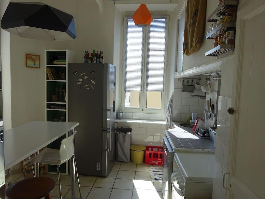 La cuisine ouverte, avec four et plaque au gaz, frigo, lave-vaisselle /Opened kitchen with fridge et oven