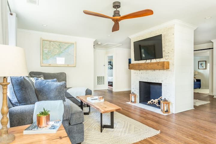 ☆ Open + Comfy home near Downtown + Folly Beach ☆