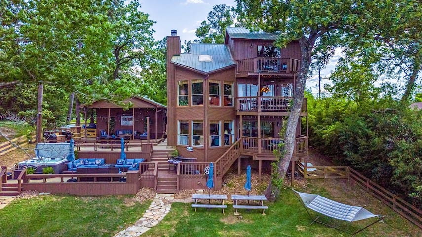 Grandiose Family House with Hot Tub + Boathouse!
