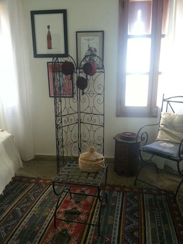 une chambre.   One bedroom