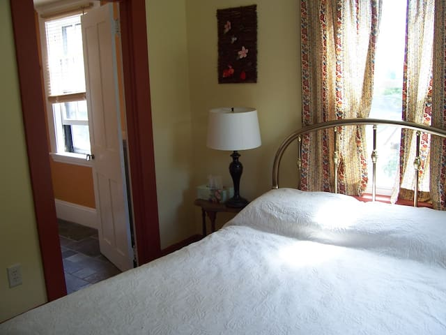 Unique & Peaceful B&B - Chestnut