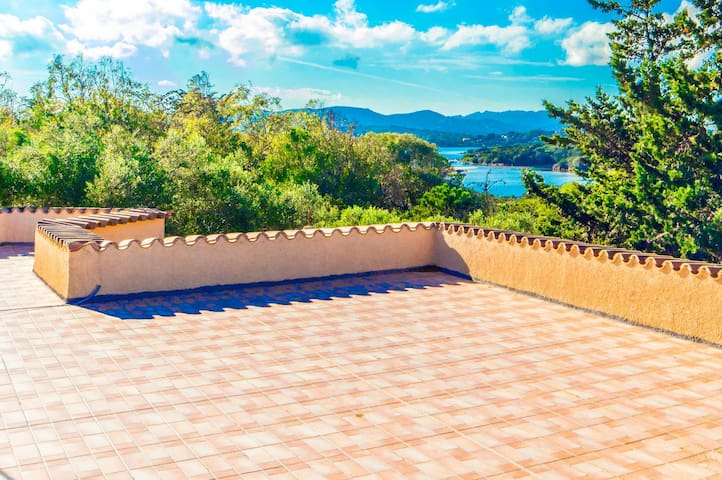 Seafront villa with private garden in Palau