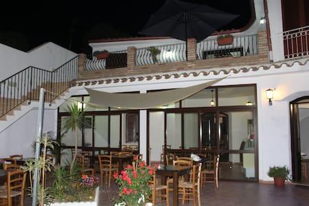 la medusa - Porto Pino - 家庭式旅館