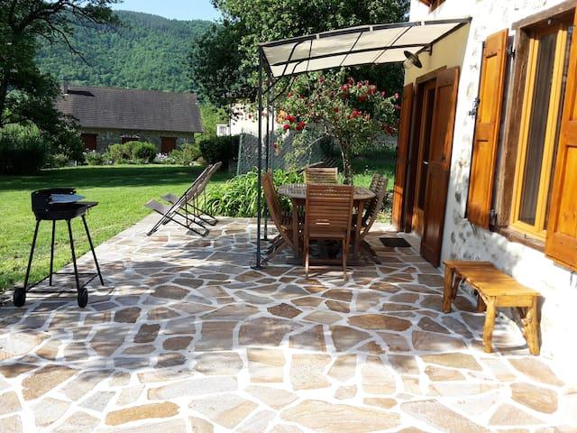 Grange en pierres. Grand jardin et belle vue
