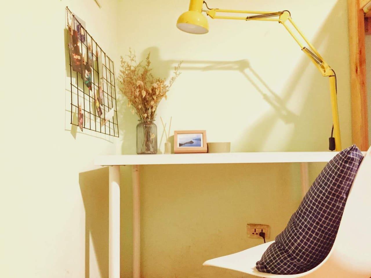 温馨明亮的书桌