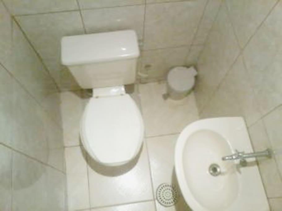 Dois Banheiros,Sendo um com Ducha.
