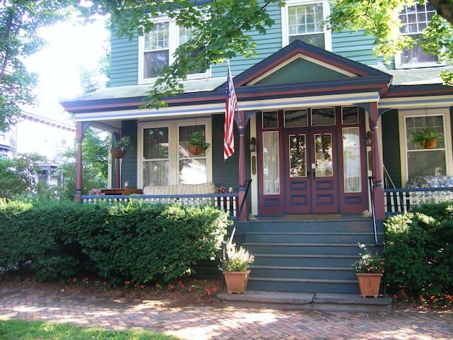 Spacious & Airy - Antique Queen Bed - Saratoga Springs - Rumah