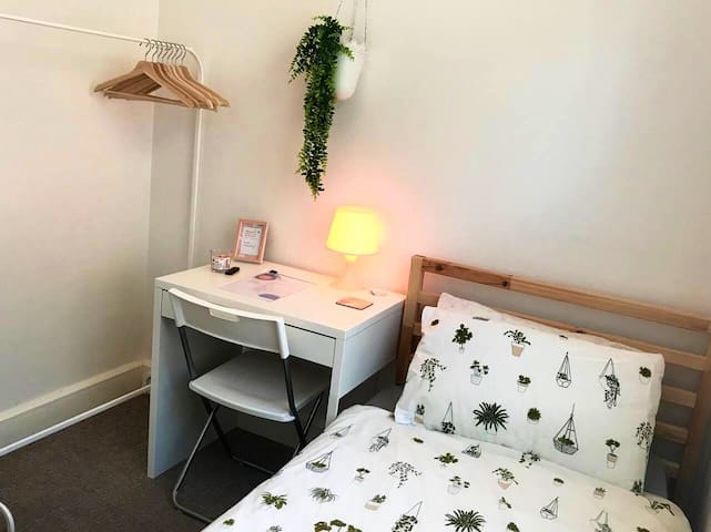 Bright city centre single room *females only*