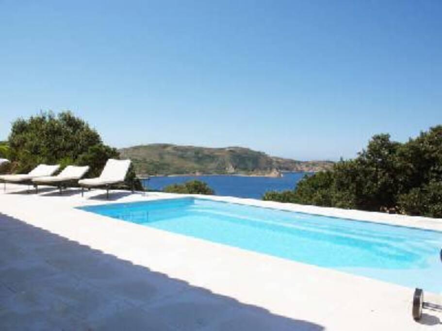 Piscine avec nage à contre-courant et balneo Grandes terrasses vue mer
