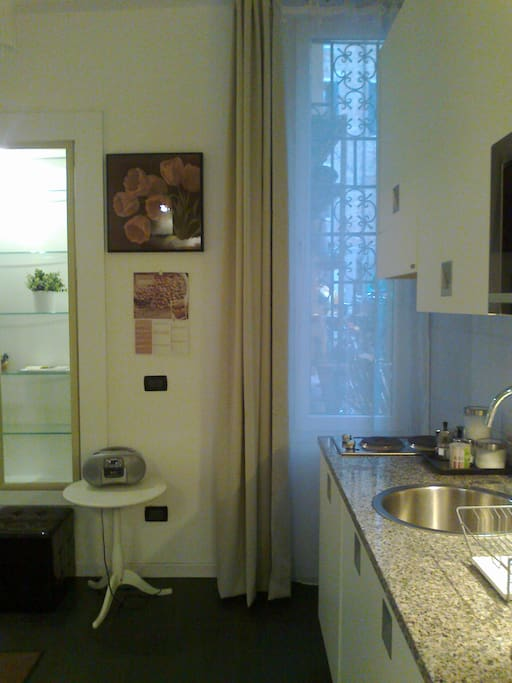 parete con finestra e parte della cucina
