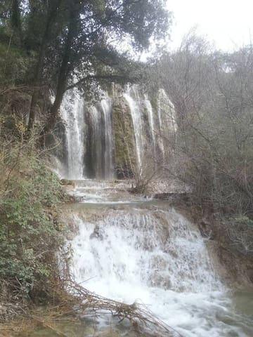 L'été, cette cascade coule beaucoup moins... mais de nombreux baigneurs apprécient la fraîcheur de l'Aygues.