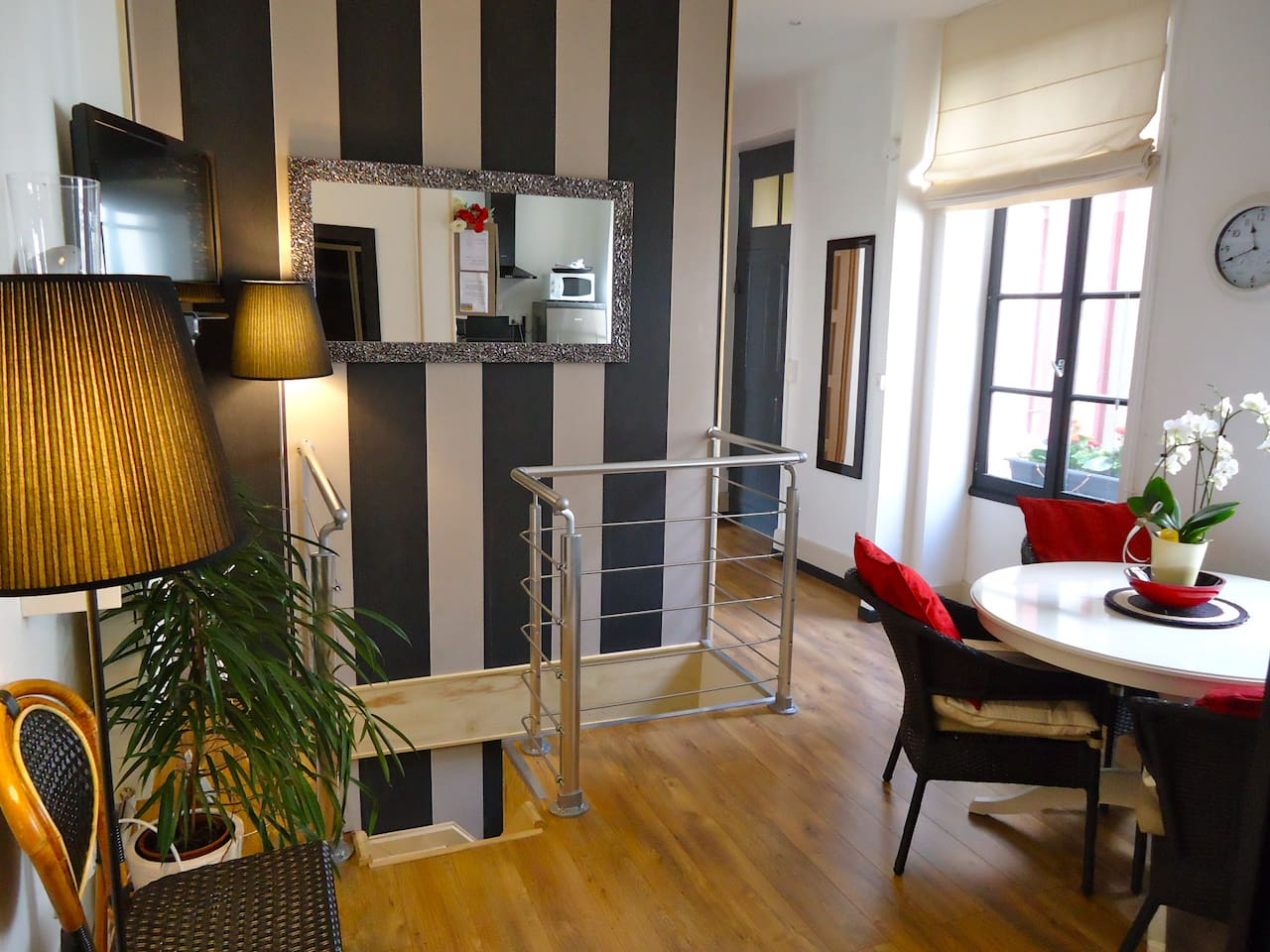 PERFECT FOR SHORT STAYS A DUPLEX A 2 BEDROOM 2 bathroom duplex apartment (on 2 levels)