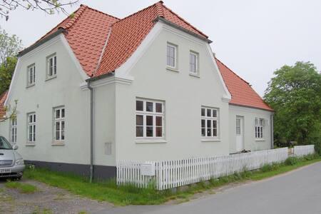 Stort hus med have i Strynøs hjerte - Strynø By