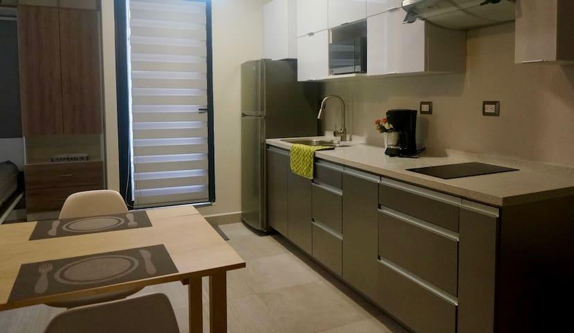 Refrigerador, Horno Microondas, Cafetera, Parrilla Eléctrica y Campana / Refrigerator, Microwave Oven, Coffee maker, Cooktop and Hood