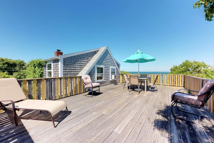 Oceanfront cottage w/elevated deck & shared gym-on Menemsha Beach
