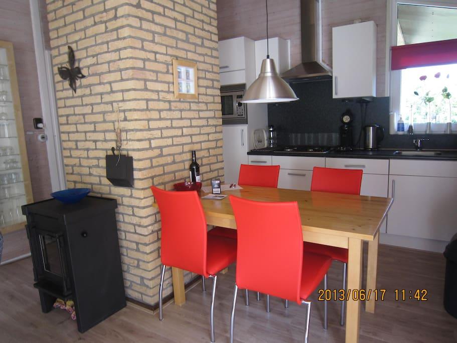 eethoek, keuken en houtkachel