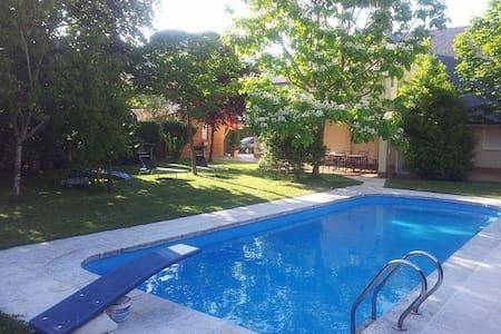 Chalet con piscina y jardin- Costa - Liendo