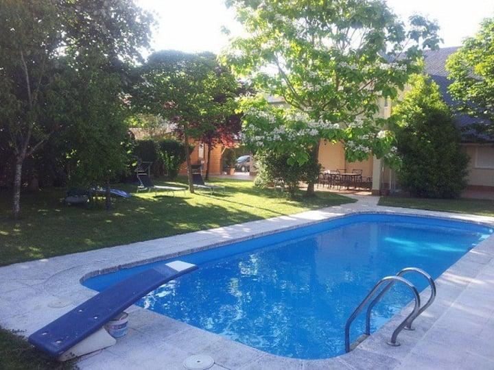 Chalet con piscina y jardin- Costa