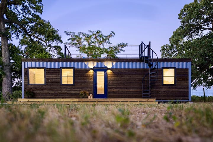 """The Shoreline"" Container Tiny Home 12 min to Magnolia/Baylor"