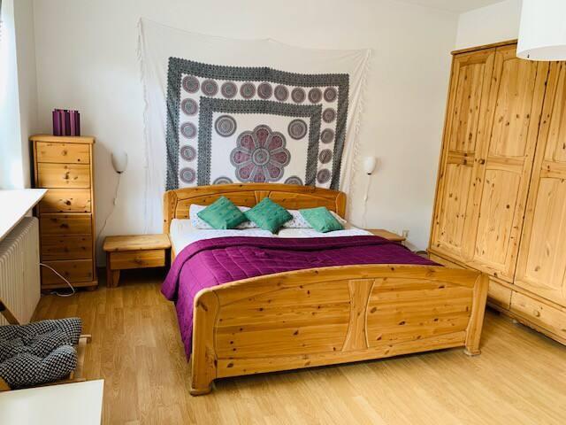 2,0 m Bett, Platz für 2 Personen. Auf Wunsch können auch noch eine 3. und 4. Person auf seperaten Matratzen übernachten....