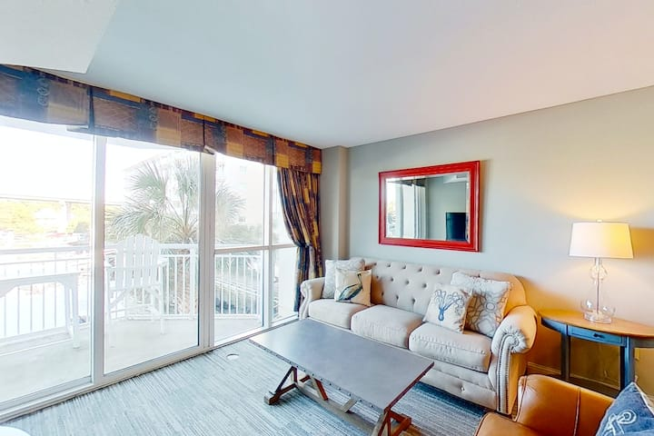 1st floor condo w/ WiFi, private W/D, shared hot tub, marina View, & shared pool