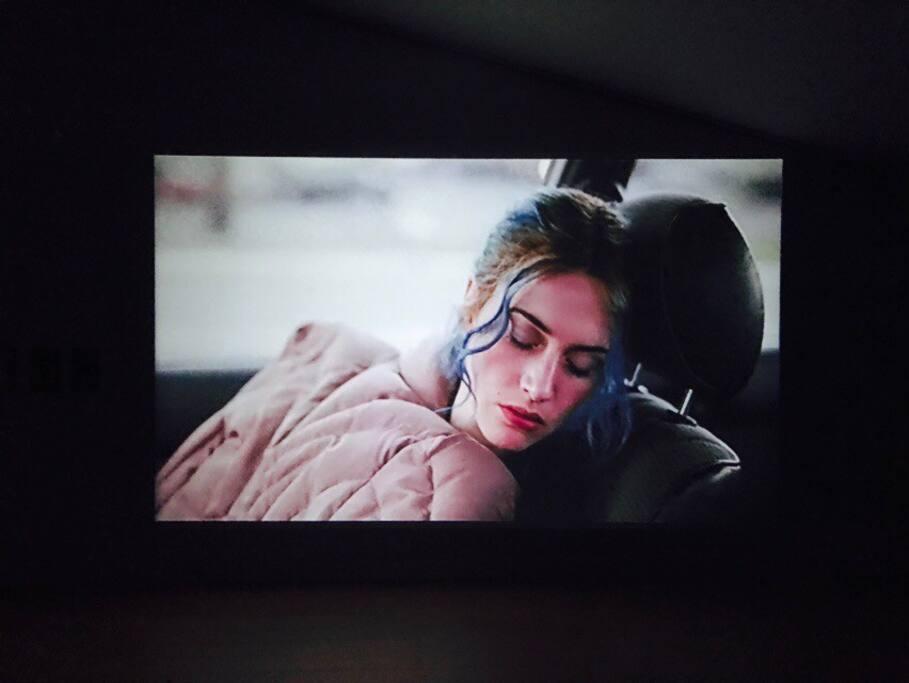 저녁에 불을 끄고 빔프로젝트를 이용해 영화를 볼 수 있어요 :))주변이 깜깜하니 작은 영화관. 느낌이예요 ^^