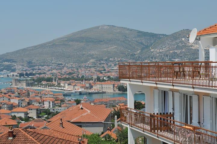 Relaxing  top floor studio/amazing terrace view!