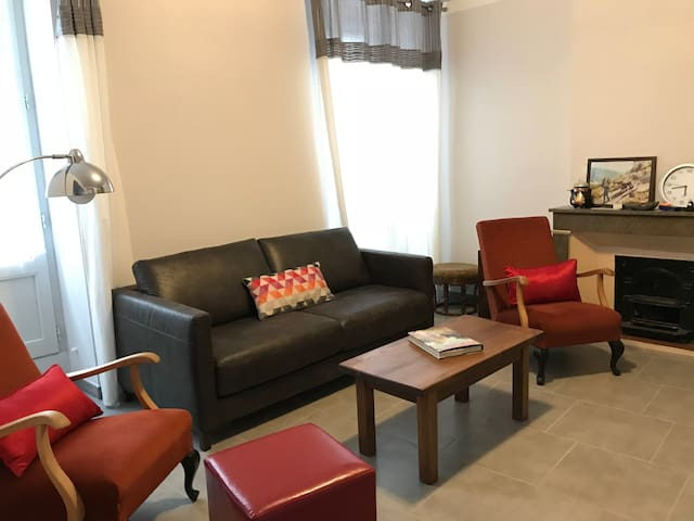 Cozy living room with big screen tv @ salon avec télé grand écran