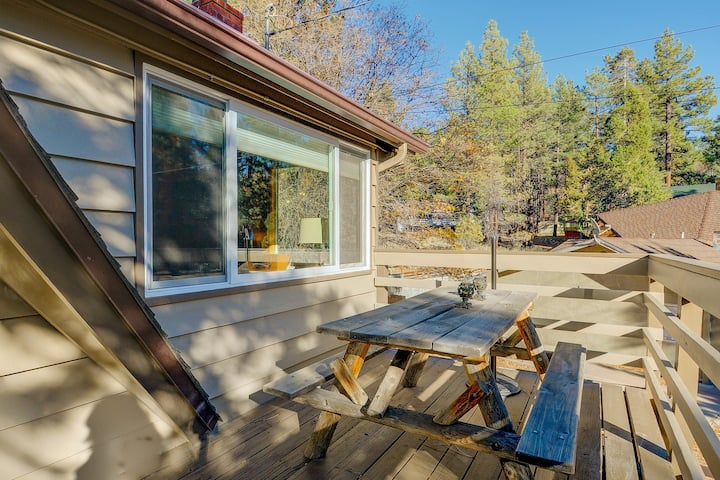 Cozy mountain cabin w/ entertainment - close to the town, lake & ski slopes!