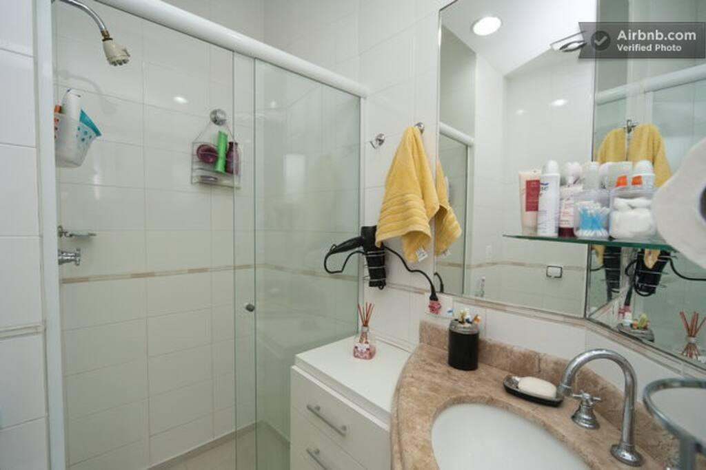 Banheiro todo equipado