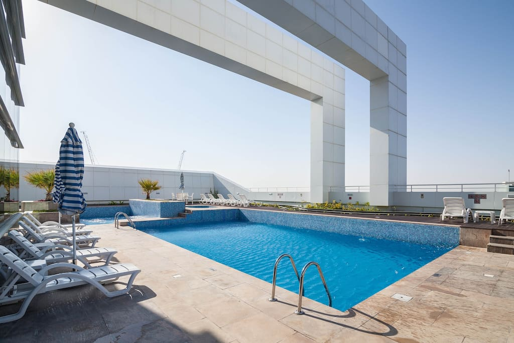 Pool on the 40th floor including free use of sun loungers