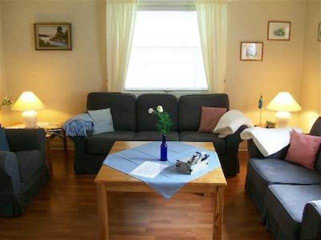 Wohnzimmer mit Sat TV, CD-DVD Player