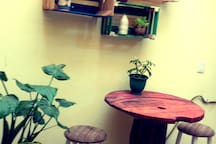 Patio trasero: Mesa con dos bancos cómodos; para una rica taza de café o solo estar un momento agradable. (Área en común)