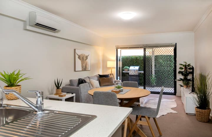 Stylish 3 Bedroom for 6 ★ 300m to the beach ★ Wifi ★ Parking ★ Glenelg South