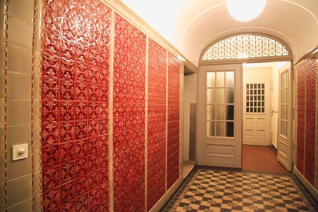 Eingangsbereich mit orginal Jugendstil- Fliesen