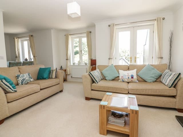 STRAWBERRY COTTAGE, family friendly in Penryn, Ref 985163
