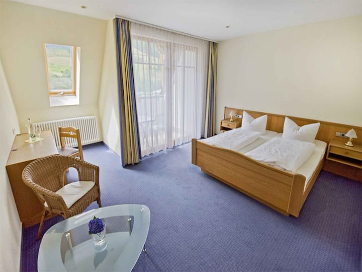 """Hotel Walkenstein (Oberwolfach), Doppelzimmer """"Burgfelsen"""" mit Dusche und WC"""