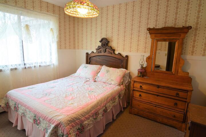 Vintage Rose Guest Room @ Hop & Vine Inn B&B