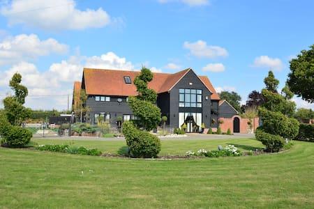 Unique Luxurious Barn - Little Tey - 独立屋