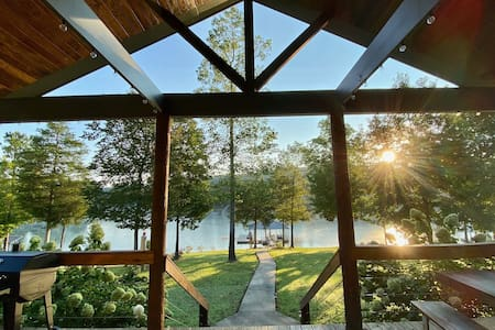 New! Luxury Lakefront Sanctuary w/Kayaks & SUP