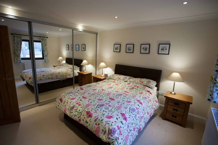 King size bedroom with mirrored wardrobes