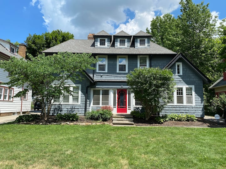 Sprawling Pet Friendly Shaker Hts Mansion