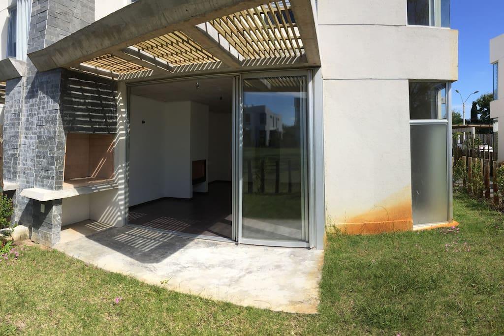 Our house has a private garden with barbecue. Nuestra casa cuenta con jardín privado con barbacoa.
