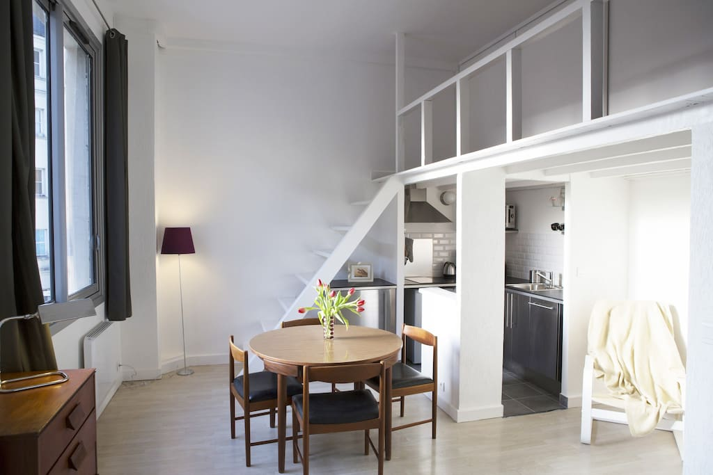 Hans Olsen iconic's dinner table. Stairs to bed. Escaliers vers le lit.