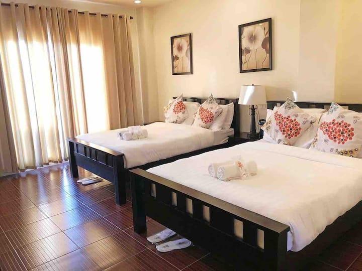 Amboy Hometel: Deluxe Quad Room with Balcony