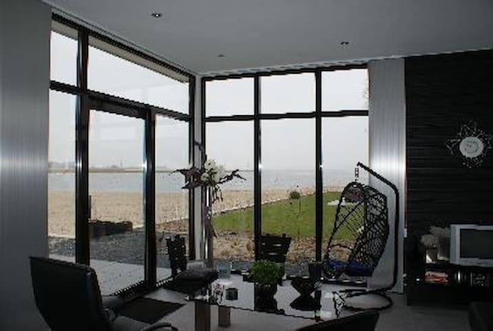 Luxe vakantiehuis aan strand Veluwemeer