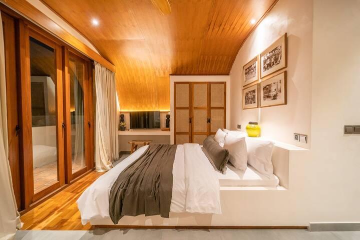 1 King bed, ensuite bathroom, shower