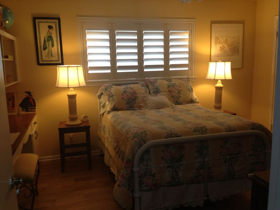 Double bed with nice natural light and two bedside lamps.