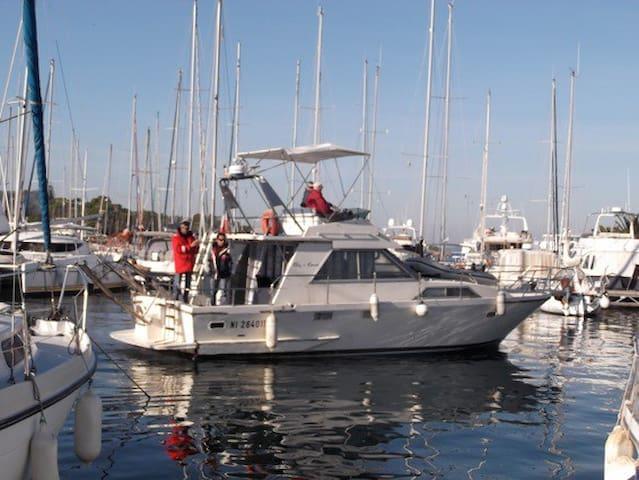 LOC. NAVIRE  A QUAI A PORQUEROLLES - Hyères - Båt